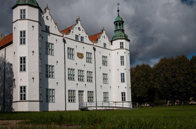 Ahrensburg, Alemanha - PTU 03, 2016: Visão geral do Castelo de Ahrensburg fotografia de stock
