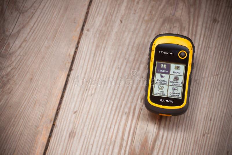 Ahrntal, Italië - Oktober 11, 2014: De ontvanger van GPS Garmin is recordind plaatsend logboek over een houten achtergrond royalty-vrije stock afbeelding