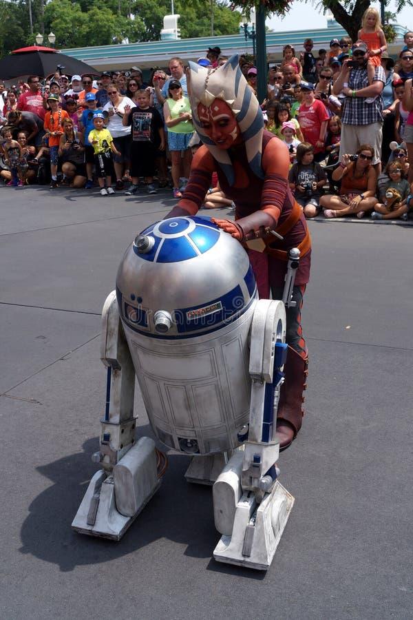 Ahsoka Tano med R2D2 på Star Wars tillbringar veckoslutet på Dis arkivfoto