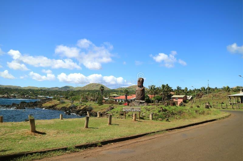 Ahu Mata Ote Vaikava con Moai gigantesco sulla costa di Hanga Roa, sito archeologico sull'isola di pasqua, Cile fotografie stock