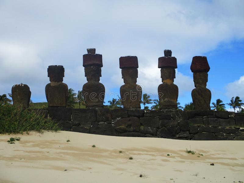 Ahu Nau Nau bakifrån, påskö Chile royaltyfria foton
