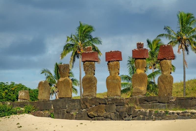Ahu Nau Nau tylni widok w Anakena pla?y, Rapa Nui zdjęcie royalty free