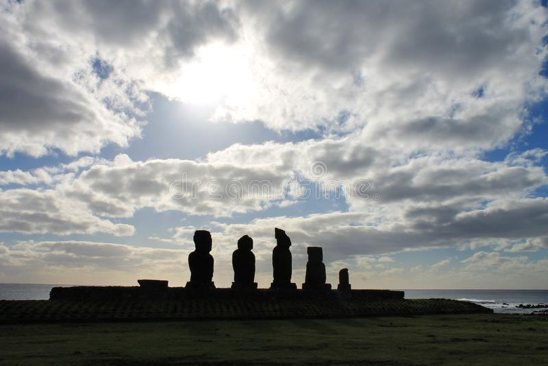 Ahu Tahai solnedgång, Rapa Nui royaltyfri fotografi