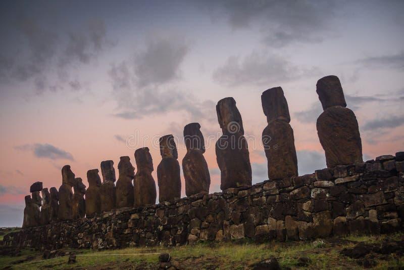 Ahu Tongariki moai,在日出期间的复活节岛剪影  免版税图库摄影
