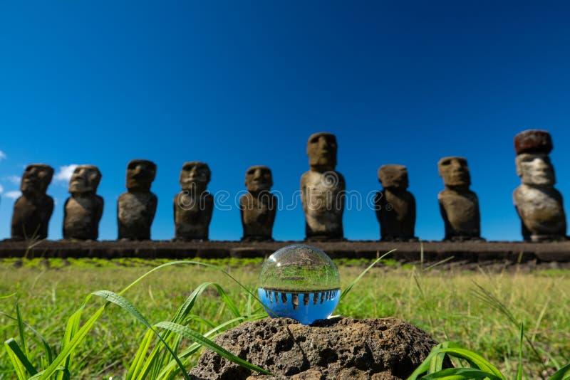 Ahu Tongariki Moais et boule de cristal contre le ciel bleu profond photos libres de droits