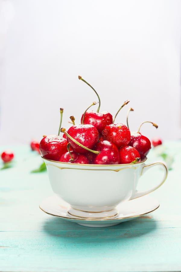 Ahueque por completo de cerezas dulces maduras en el fondo ligero, cierre para arriba Frutas y bayas del verano fotografía de archivo
