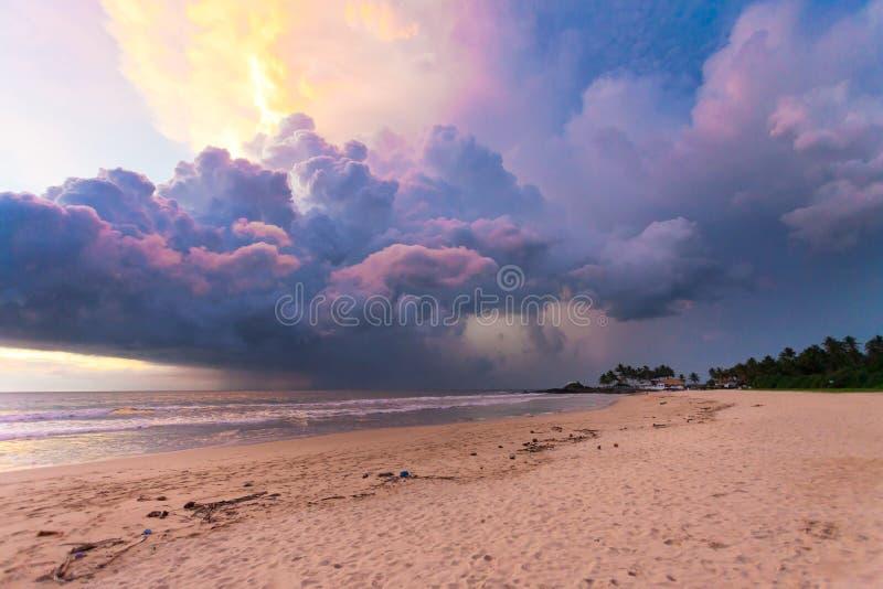 Ahungalla海滩,斯里兰卡-五颜六色的云彩和光在su期间 库存照片