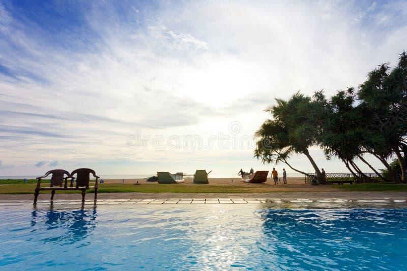 Ahungalla, Sri Lanka - diciembre de 2015 - una opinión de la piscina del hotel del peop imagen de archivo libre de regalías