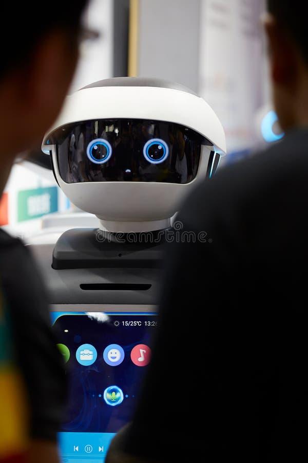 Ai-robot som påverkar varandra med folk fotografering för bildbyråer
