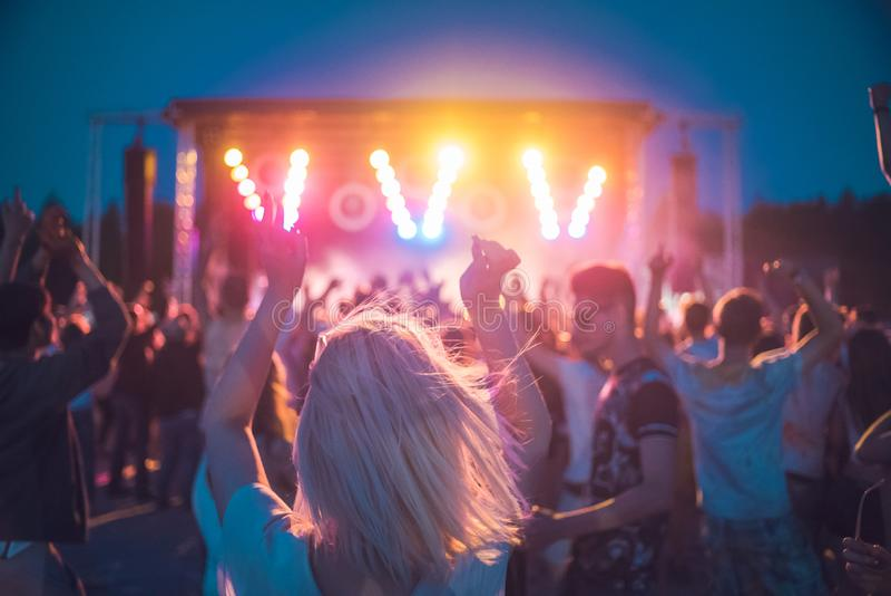 AIBLING MAU, ALEMANHA: menina na frente de uma fase em um festival em MAI 2017 imagem de stock royalty free