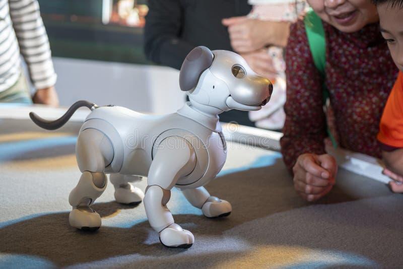 AIBO-robot på skärm på Sony Expo 2019 arkivbild