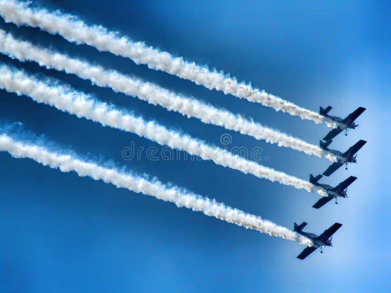 Aicraft acrobatici dell'elica di quattro pistoni durante l'esposizione fotografia stock libera da diritti