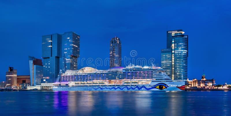 AIDA Perla cruiseschip förtöjde på skymning, Kop skåpbil Zuid Rotterdam, Nederländerna arkivfoton