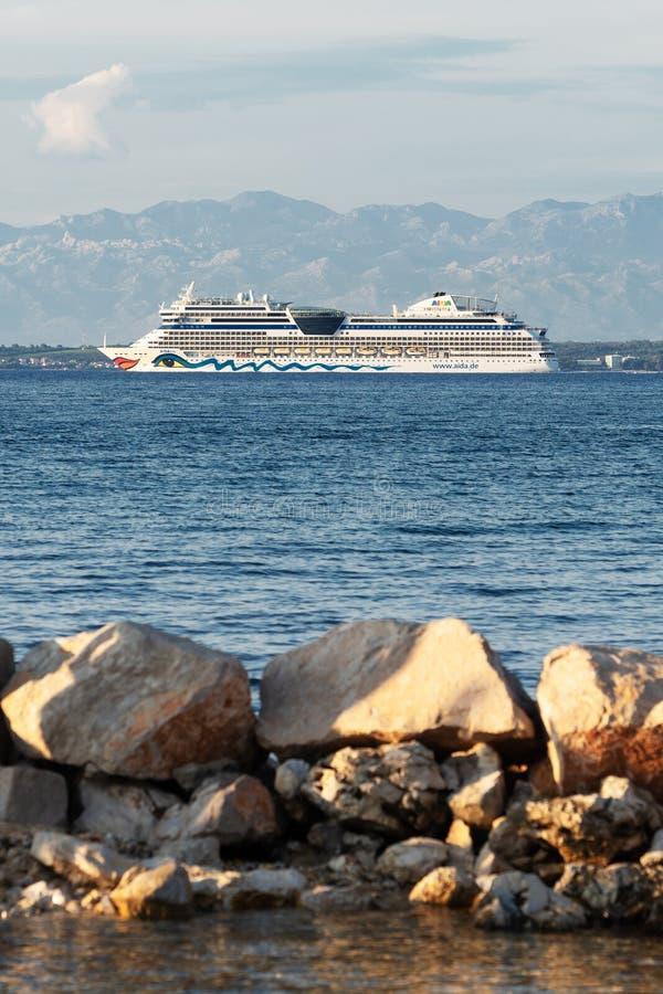 AIDAblu-Kreuzschiff Abreisezadar gesehen von Ugljan-Insel in Kroatien stockfotografie
