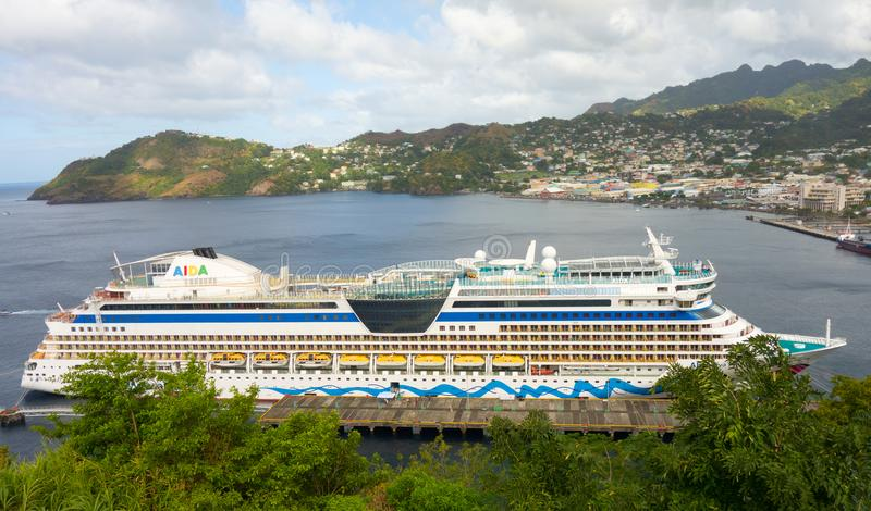 Aidaen för kryssningskepp på en port i de lovart- öarna royaltyfria foton