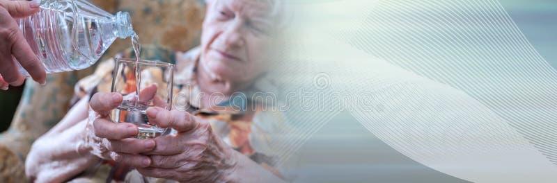 Aide à la maison des aînés ; bannière panoramique images libres de droits