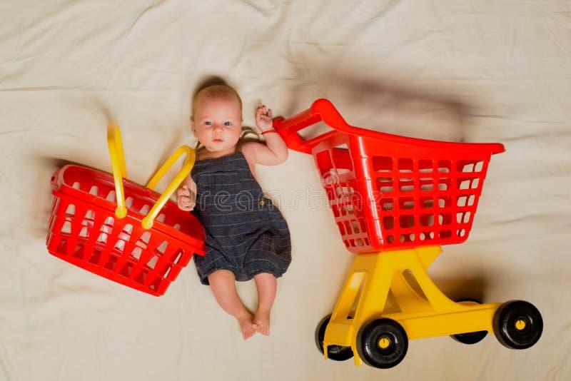 Aide à la maman Portrait de petit enfant heureux Petite chéri douce La nouvelles vie et naissance achats de l'image 3d produits p images stock