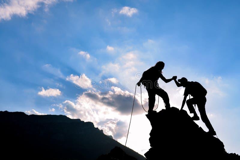 Aide, appui et succès d'alpinisme image stock