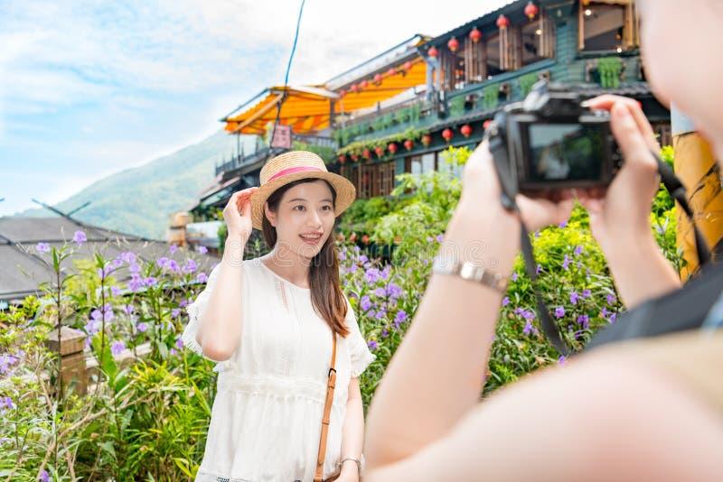 Aide d'amis pour prendre des photos de voyage de vacances image stock