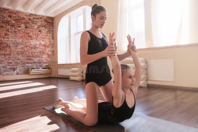 Aide d'amitié Jeune gymnastique de ballerines images libres de droits