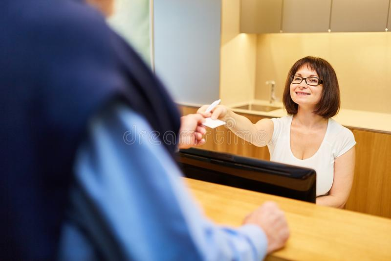 Aide de bureau à la réception du cabinet du médecin image libre de droits