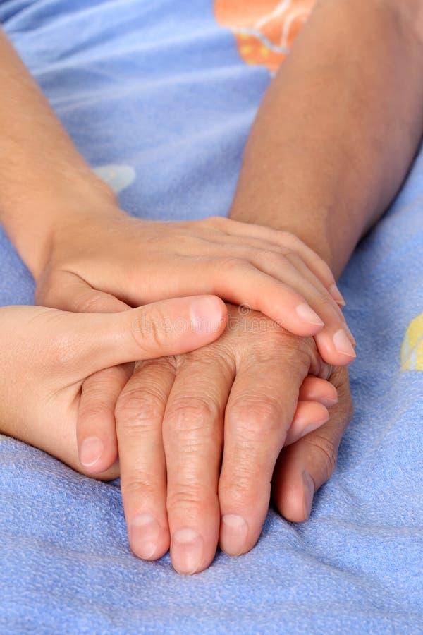 Aide de la main aînée de patient de fixation image libre de droits