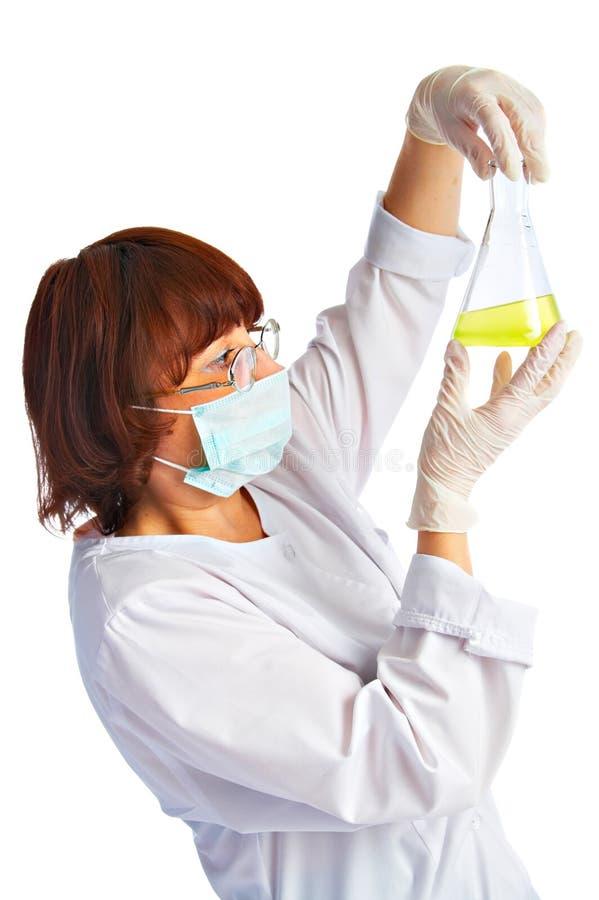 Aide de laboratoire avec le flacon image stock