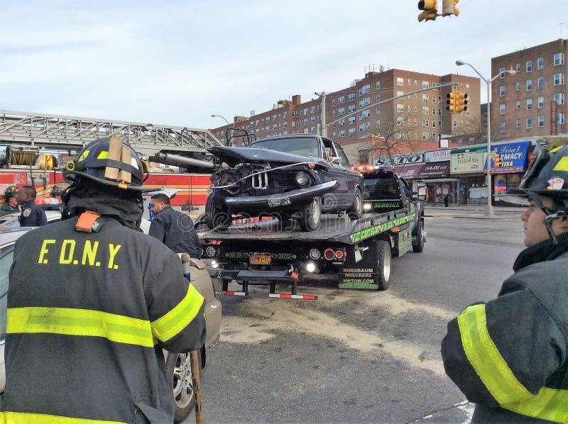 Aide dramatique de secours de témoins d'accidents de voitures photos libres de droits