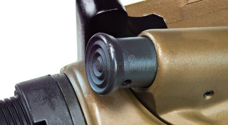 Aide en avant sur un fusil d'assaut photographie stock