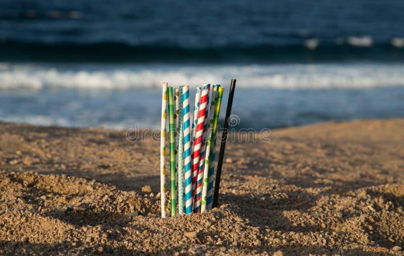 Aidez le coffre-fort l'océan - pailles de papier d'eco image stock