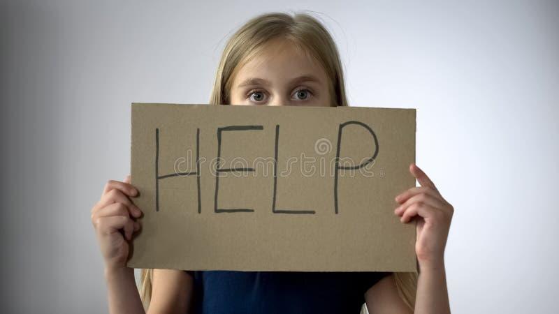 Aidez les mains de petites filles de connexion, assaut dans la famille, protection de droits de l'enfant photo stock