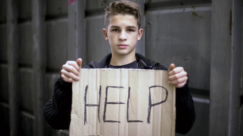 Aidez les mains orphelines sans abri de connexion, enfant priant l'aide, appui social des besoins image stock