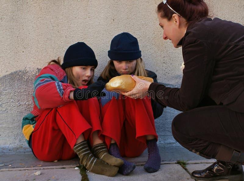 Aidez les pauvres enfants photo libre de droits