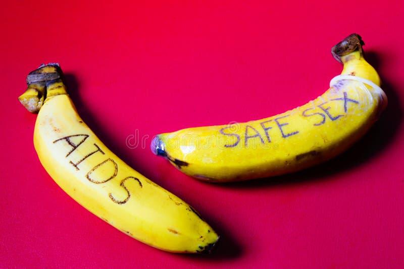 AIDS e concetto del sesso sicuro del preservativo sulla banana per il gay immagine stock