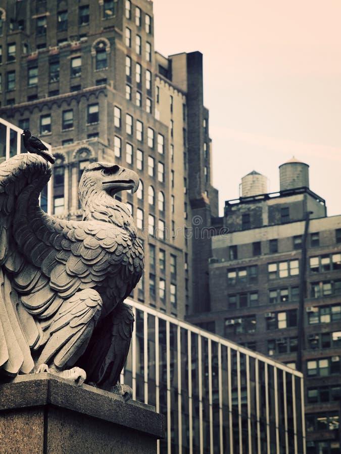 Aigle en pierre à Manhattan photo libre de droits