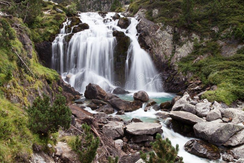 Download Aigualluts vattenfall fotografering för bildbyråer. Bild av natur - 106838793