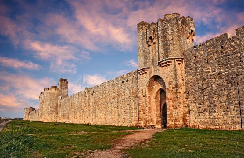 Aigues-Mortes, Гар, Франция: средневековые стены города городка стоковые изображения rf