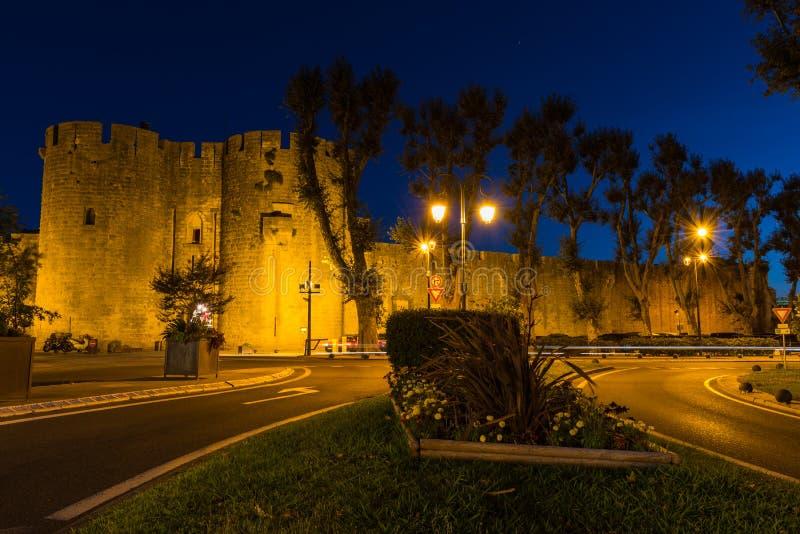 Aigues-Mortes, città mediterranea antica, fortezza medievale Vista del muro di cinta, destinazione turistica popolare, Francia di immagine stock libera da diritti