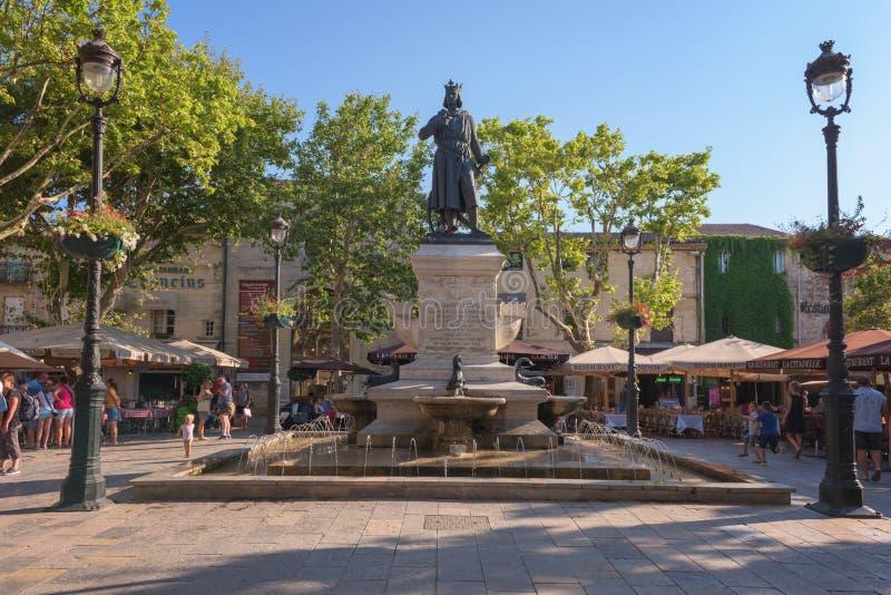 Aigues-Mortes, Francia - 21 luglio 2017: Quadrato di Louis Saint Lovis del san, cuore turistico della città antica con la statua fotografia stock libera da diritti