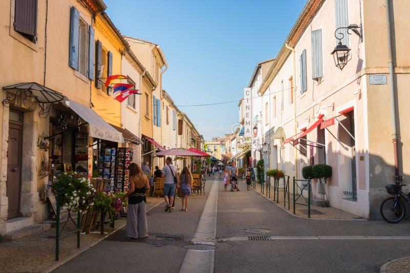 Aigues-Mortes Francja, Lipiec, - 21, 2017: wygodna ulica w starym miasteczku wśrodku antycznego miasta ściany, Południowy Francja obraz royalty free