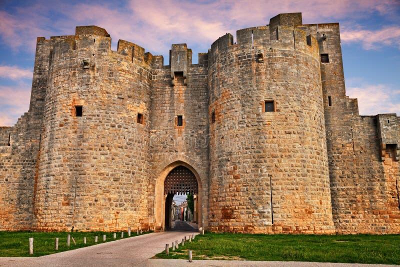 Aigues-Mortes, Gard, Occitania, Francja: miasto brama w med obrazy royalty free