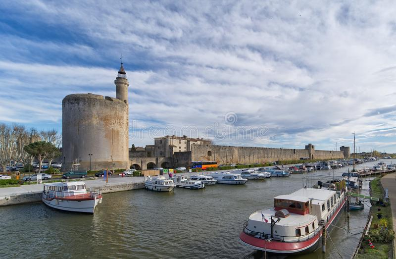 Aigues Mortes stad - väggar och tornet av Constance - Camargue - Frankrike royaltyfria foton