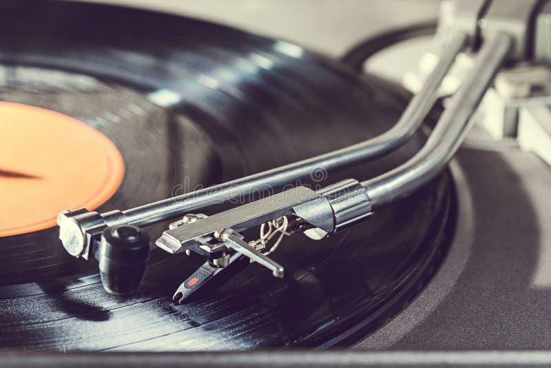 Aiguille de plat de vinyle Fond avec le joueur de disque vinyle Équipement audio professionnel pour le DJ photo stock