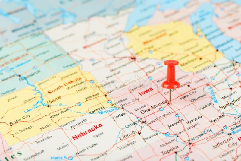 Aiguille de secrétaire rouge sur une carte des Etats-Unis, de l'Iowa et du capital Des Moines Carte haute étroite de l'Iowa avec  images libres de droits