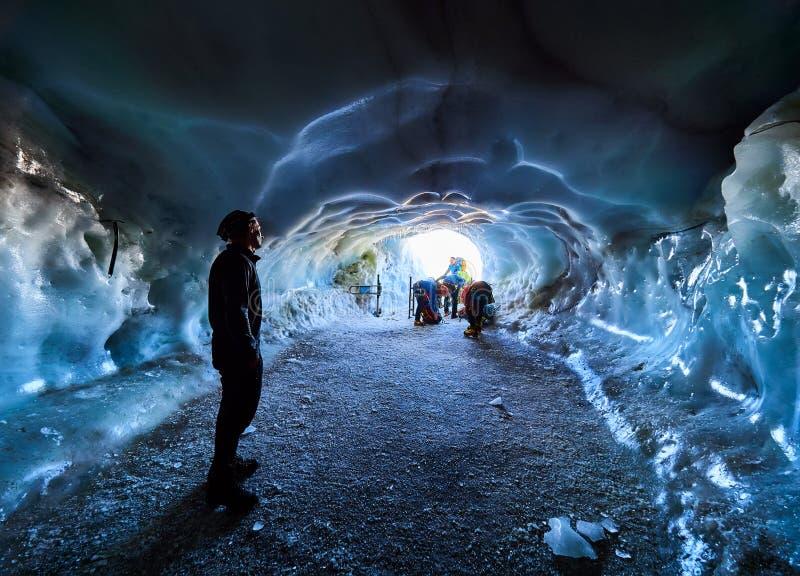 AIGUILLE DU MIDI, FRANCE - 8 AOÛT 2017 : Alpinistes arrivant à Aiguille du Midi, Chamonix, France photographie stock