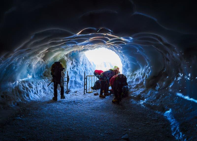 AIGUILLE DU MIDI, FRANCE - 8 AOÛT 2017 : Alpinistes arrivant à Aiguille du Midi, Chamonix, France images stock