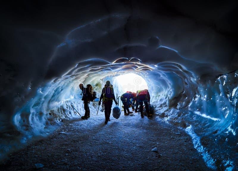 AIGUILLE DU MIDI, FRANCE - 8 AOÛT 2017 : Alpinistes arrivant à Aiguille du Midi, Chamonix, France photos stock
