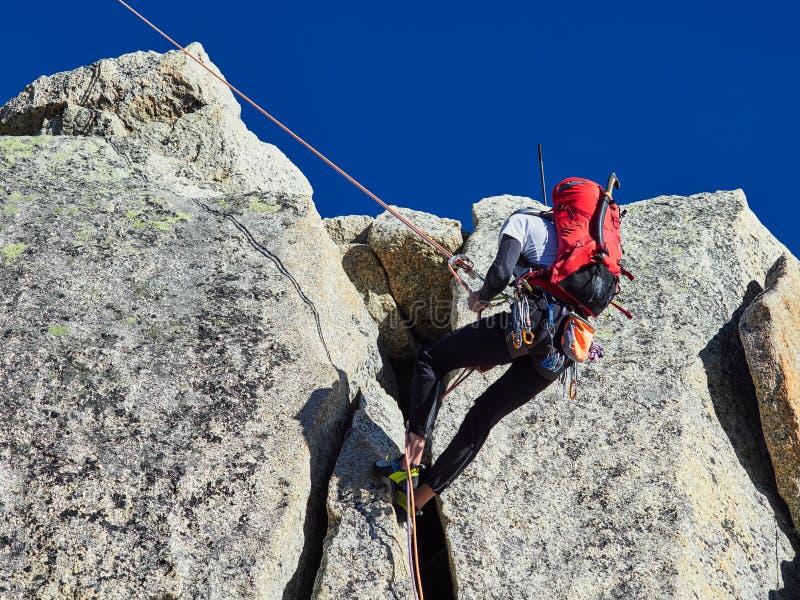 AIGUILLE DU MIDI, FRANCE - 8 AOÛT 2017 : Alpinistes s'élevant sur des roches chez Aiguille du Midi, Chamonix, France images libres de droits