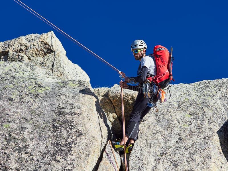 AIGUILLE DU MIDI, FRANCE - 8 AOÛT 2017 : Alpinistes s'élevant sur des roches chez Aiguille du Midi, Chamonix, France photos stock