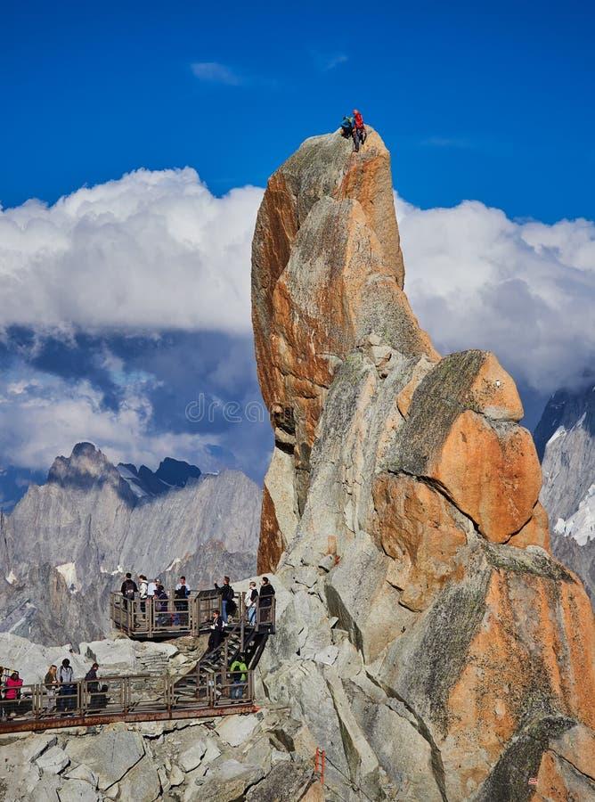 AIGUILLE DU MIDI, FRANCE - 8 AOÛT 2017 : Alpinistes s'élevant sur des roches chez Aiguille du Midi, Chamonix, France photographie stock libre de droits